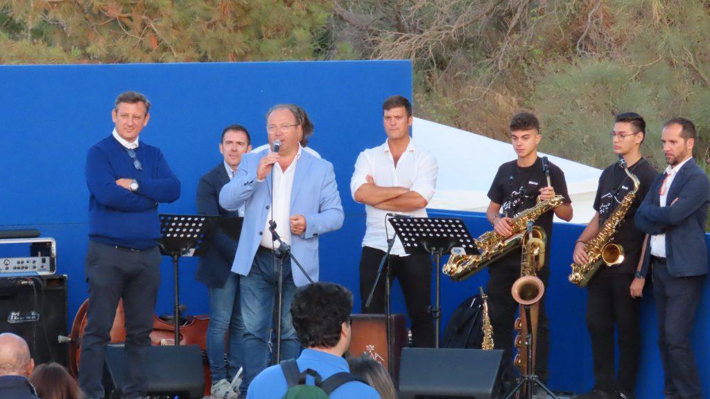 gli studenti giovanissimi dei licei musicali della Città Metropolitana e il Consigliere Delegato Michele Maddaloni